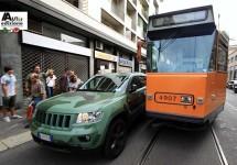 Lapo Elkann blokkeert Milanese tram en krijgt er flink van langs