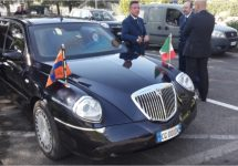 Vorstelijke Lancia Thesis rijdt koninklijk paar